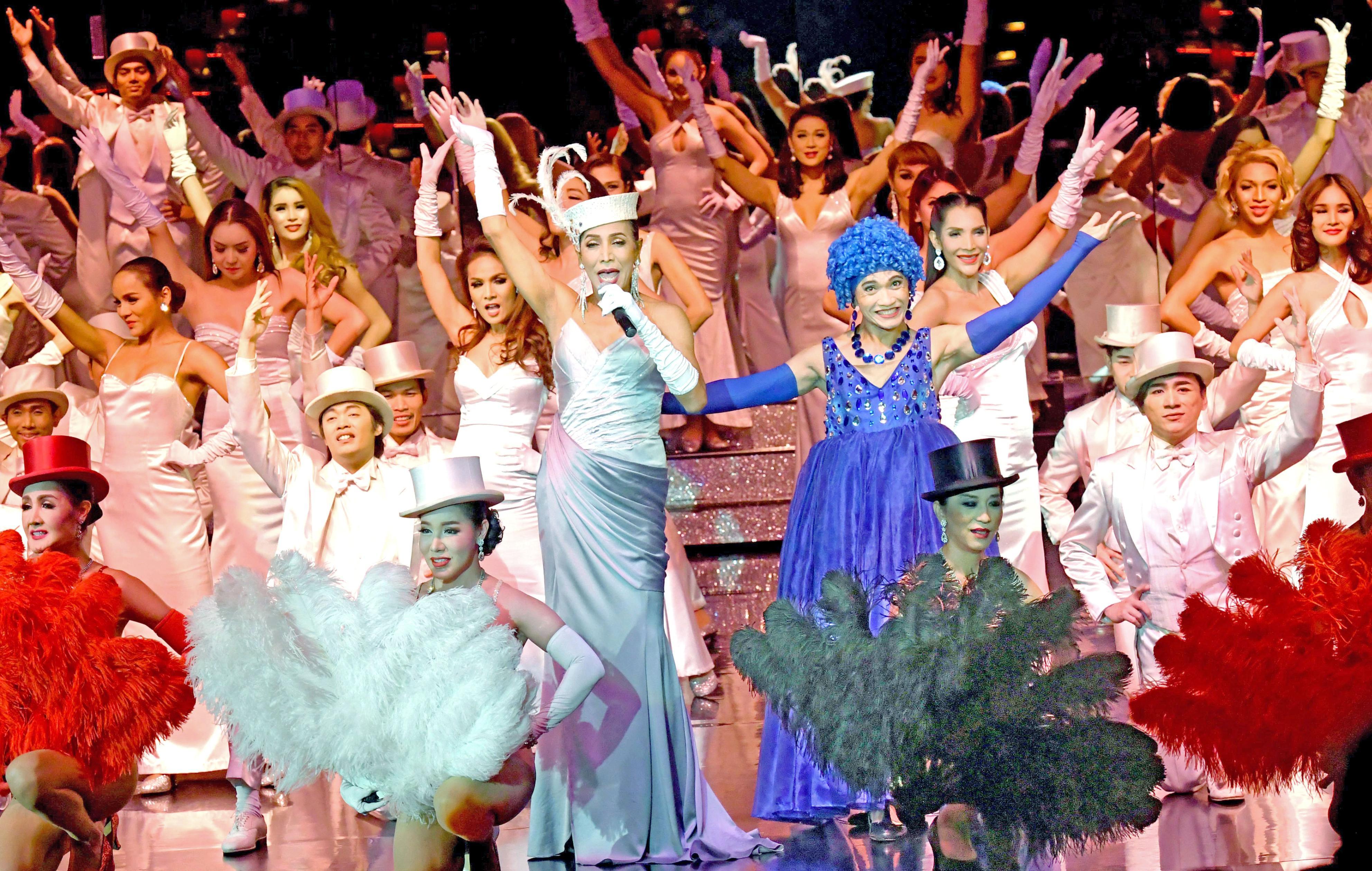 ニューハーフによる華麗なショーが繰り広げられる劇場「カリプソ」。毎夜、世界各国からの観光客でにぎわう=バンコク(撮影・浮ケ谷泰、共同)