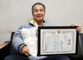 自慢のコメを手に「来年の出品を目指して挑戦を続けたい」と意気込む菅原聡さん