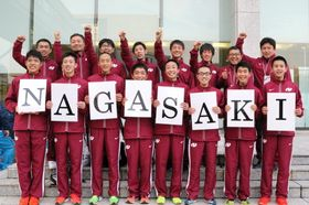「がんばらんば、長崎!」。気勢を上げて本番での結束を誓う本県チーム=広島国際会議場