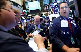 ニューヨーク証券取引所のトレーダーたち=18日(ロイター=共同)