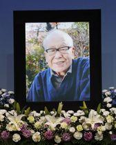 お別れの会で祭壇に飾られた金子兜太さんの遺影=22日午前、東京都千代田区