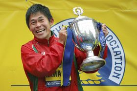 ボストン・マラソンの男子で初優勝し、笑顔でトロフィーを持つ川内優輝=16日、米ボストン(ロイター=共同)