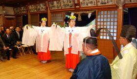 【豊栄の舞を奉納する秋季大祭「祭祀舞」=亀山市田村町の能褒野神社で】