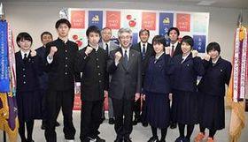 桜田市長(中央)に全国高校バスケットボール選手権での健闘を誓った弘前実と柴田女子の両校選手