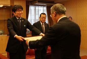 中村知事に推薦状を手渡す田上会長(左)と宮本副会長=県庁