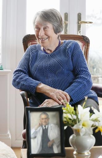 「パラリンピックの父」ルートビヒ・グトマンの肖像画を前に、思い出を語る娘エバ・ルフラー=3月、英サフォーク州の自宅(共同)