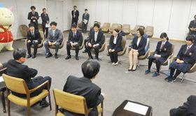 西川知事(手前左)と懇談する選手ら=県庁で