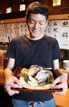 「夏のしばたオイスターバー」で岩ガキにレモンを添えて提供する「地酒と季 横丁へい」=新発田市