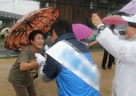 雨の中、有権者と握手して支持を求める岡山選挙区の候補者=岡山県早島町(画像の一部を加工しています)