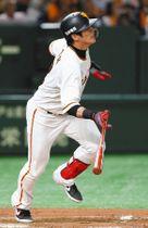 8回巨人1死二塁、陽岱鋼が右越えに勝ち越し二塁打=東京ドームで