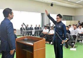 指定選手を代表し、宣誓する中島正太郎選手(右)=佐賀市の県スポーツ会館