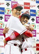 勝利インタビューのお立ち台で抱き合う広島・新井(左)と菊池=マツダで