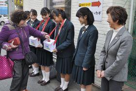 【募金の協力者に感謝する中川会長(右端)と生徒ら=津市内で】