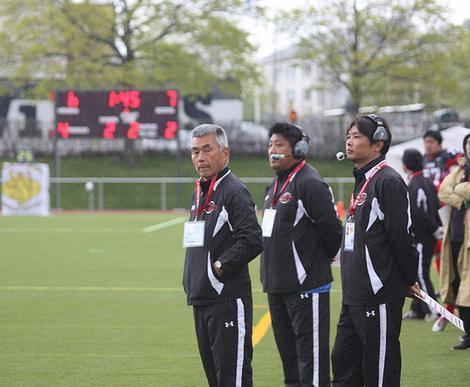 戦況を見つめる大学日本代表の水野監督(左)=写真提供:日本アメリカンフットボール協会