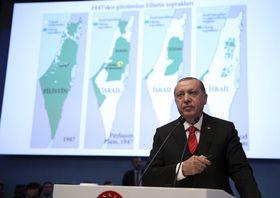 13日、トルコのイスタンブールで開かれたイスラム協力機構の臨時首脳会議で、演説するエルドアン大統領(AP=共同)