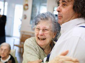 施設のアトリエでジネスト(右)の訪問を受ける入居者の女性。ダンスに誘われ、とびきりの笑顔になった=パリ郊外(撮影・澤田博之、共同)