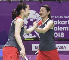 女子団体準決勝 第4試合のダブルスでポイントを奪い、喜ぶ高橋礼(右)、松友組=ジャカルタ(共同)