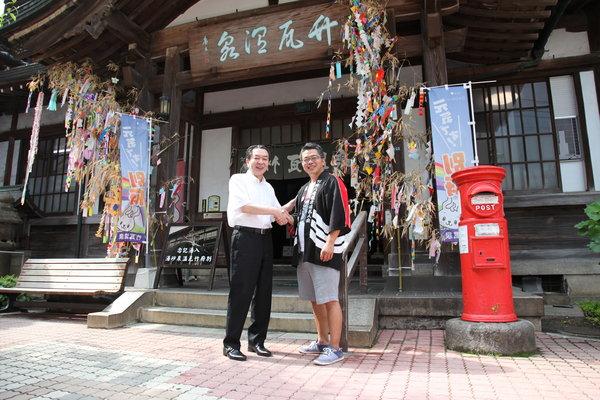 ハットウ・オンパクの原点になった竹瓦温泉で鶴田さん(左)と次代を担う名人会の佐藤さん