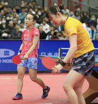 女子シングルス準決勝で、早田ひな(右)に敗れ肩を落とす伊藤美誠=丸善インテックアリーナ大阪