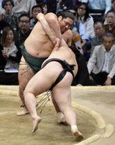 錦木(左)が小手投げで豪栄道を破る=福岡国際センター