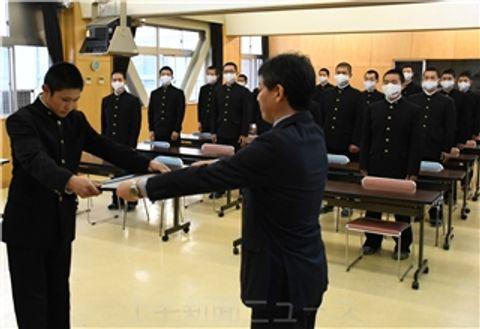県高野連の中西会長(手前右)から表彰を受ける篠原主将=館林高