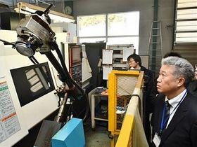 スマート工場見学会で公開された、1台で何役もこなす金属加工ロボット=19年12月12日、五戸町の大蔵工業青森事業所