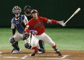 JFE西日本―東芝 2回表東芝1死三塁、村上が左中間に先制2ランを放つ。捕手浦=東京ドーム