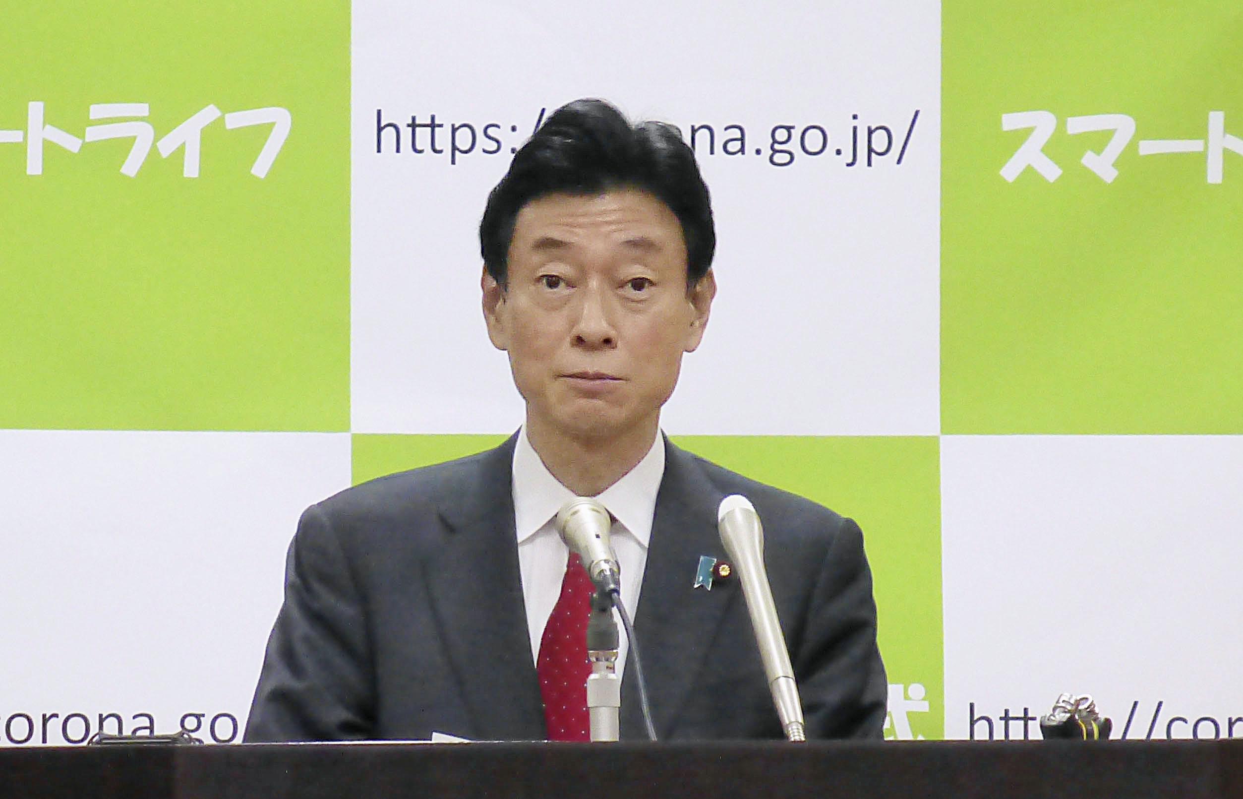 新型コロナウイルスへの対応について記者会見する西村経済再生相=10日午前、内閣府
