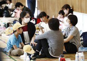 避難所となった市立穂積小の体育館に集まった人たち=18日午後1時45分、大阪府茨木市