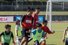 【子どもたちとサッカーを楽しむ播戸さん=員弁郡東員町北大社で】