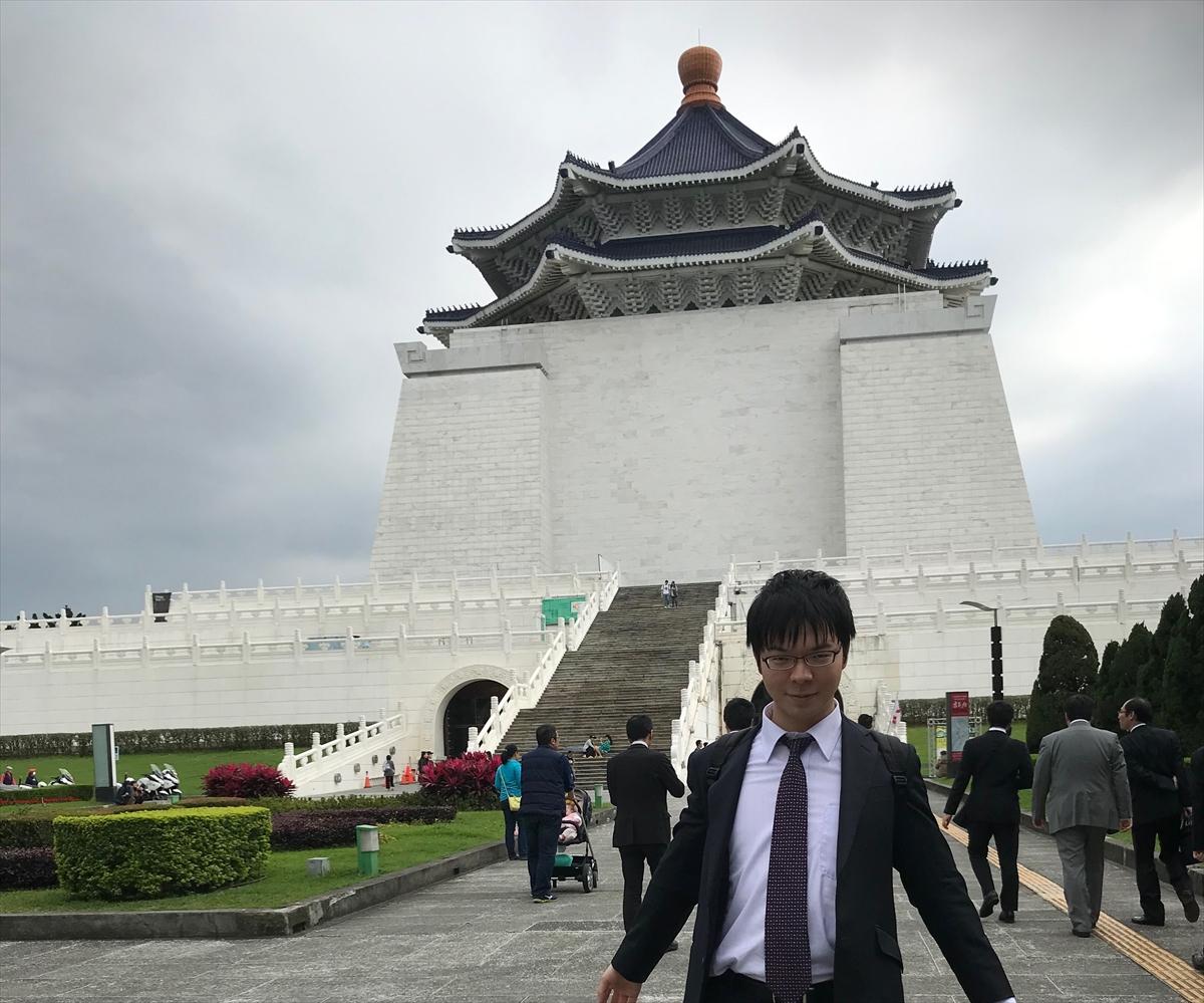 国立中正紀念堂をバックに記念撮影する高見泰地叡王