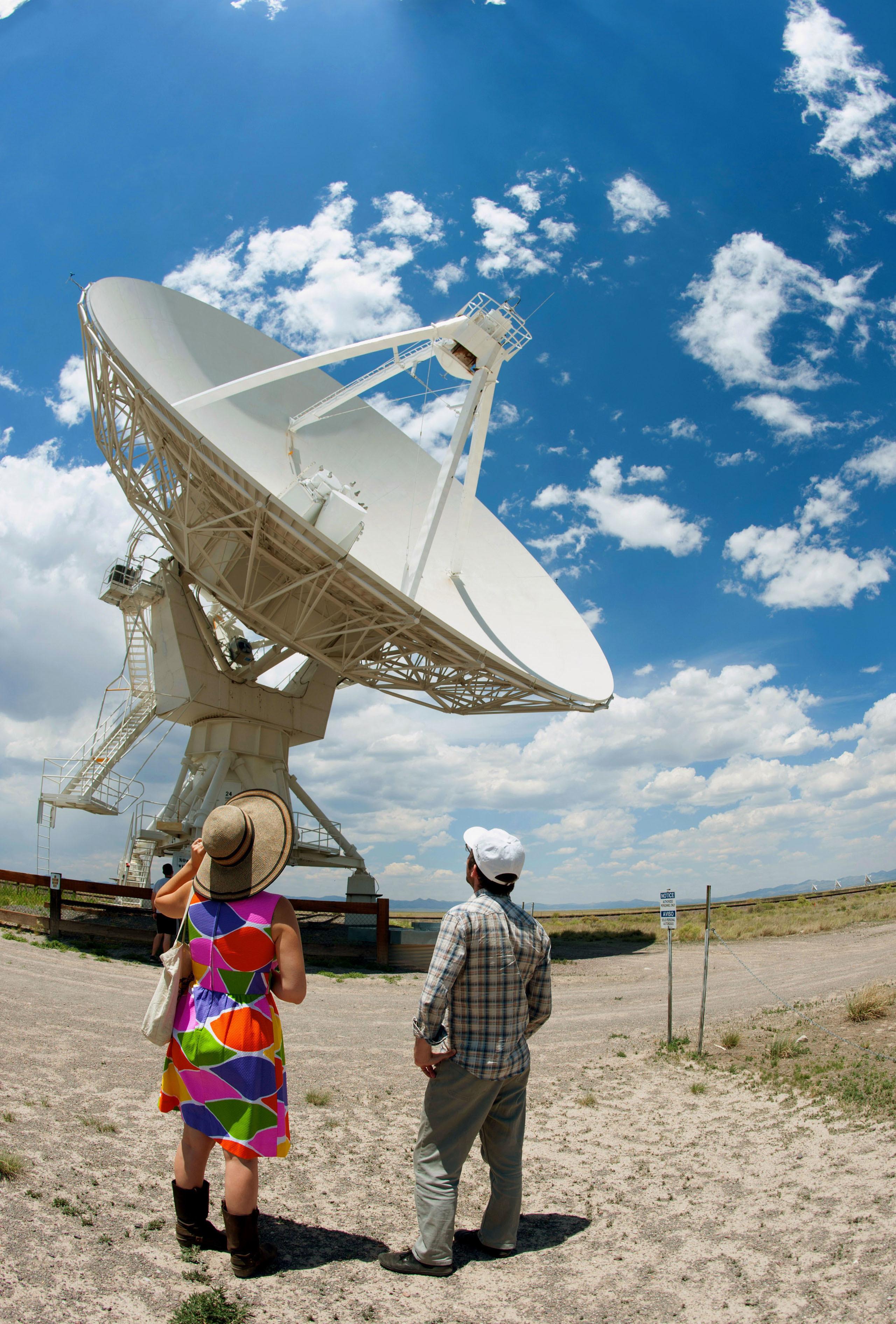 映画「コンタクト」のロケ地となったニューメキシコ州マグダレナにある大型電波望遠鏡。平原の真ん中で宇宙からの微弱な電波をキャッチしている(撮影・鍋島明子、共同)
