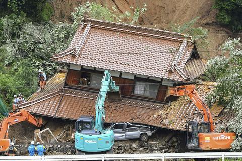 広島県東広島市河内町の住宅に土砂が流れ込んだ現場=14日午前10時57分