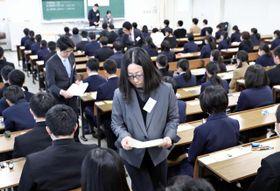 問題用紙などの配布を受け試験開始を待つ受験生=19日午前、宮崎市・宮崎大