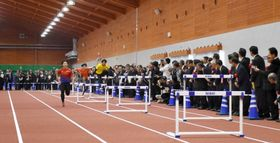 式典参列者を前に、試技をするアスリート=大崎町菱田のジャパンアスリートトレーニングセンター大隅