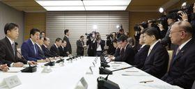 首相官邸で開かれた障害者雇用に関する関係閣僚会議=19日午前