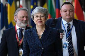 EU首脳会議の会場に到着したメイ英首相(中央)ら=21日、ブリュッセル(ゲッティ=共同)