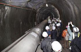 最後の機会となる一般公開で、重力波望遠鏡「かぐら」の一部を見学する人たち=17日午前、岐阜県飛騨市
