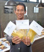 完成した「半生パスタ」を手にする淡路麺業の出雲文人社長=パスタ・フレスカ・ダンメン