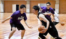 小野寺龍太郎ヘッドコーチ(左から3人目)の指導の下、新シーズンに向けたトレーニングに励む選手たち=山辺町民総合体育館