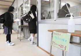 感染対策を講じた試験会場に入る受験生たち=4日午前8時30分ごろ、仙台市青葉区の宮城一高