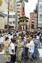 京都・祇園祭の山鉾巡行を前に行われた鉾の試し引き「曳き初め」=12日