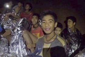 洞窟で発見された当時の少年ら。タイ海軍特殊部隊が4日、フェイスブックに公開した(共同)
