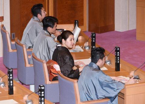 大島紬の着物姿で鹿児島県議会に臨む県議=県議会本会議場