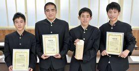 研究、発表の中心となった鶴翔高校の生徒=阿久根市の同校