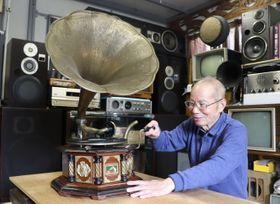 昭和初期に製造された蓄音機を鳴らす森下さん=雲仙市南串山町
