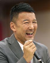 記者会見で笑顔を見せる、れいわ新選組の山本太郎代表=22日早朝、東京都内のホテル