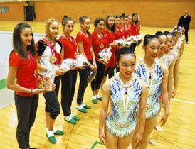 ブルガリアの新体操チーム(左列)にプレゼントを贈った生徒ら=市川市で