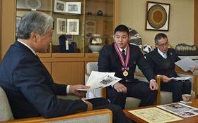 福田知事(左)に優勝を報告する黒羽高の三田(中央)=県庁