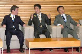 閣議に臨む(左から)茂木経済再生相、安倍首相、麻生財務相=15日午前、首相官邸